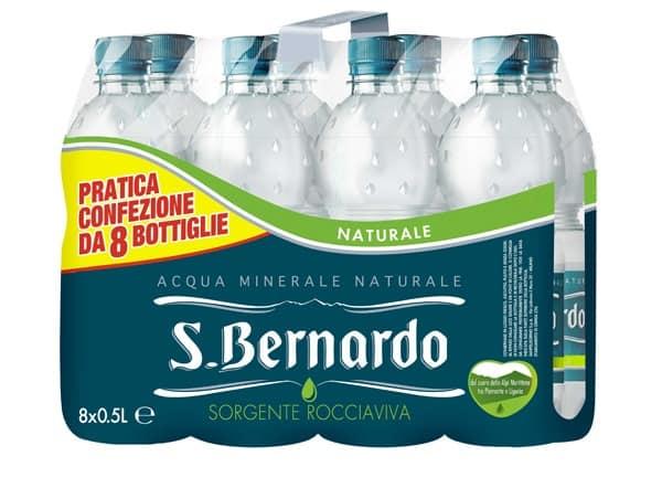 Nuova ed elegante con il suo design a gocce la bottiglia di acqua San Bernardo da 50 cl in pet