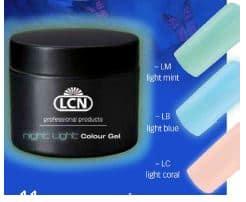 Con Night Light Colour Gel le unghie brillano anche al buio!