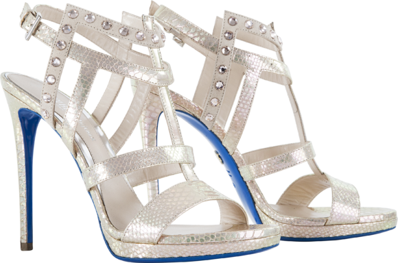 ad823f84988dff ... ed il denim su fantasia floreale sono un tributo ai seventies, così  come le lunghe frange che adornano i sandali a tacchi alto e le particolari  clutch.