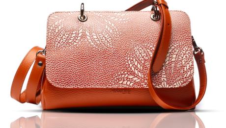 Regenesi presenta le sue borse e suoi accessori in materiali rigenerati