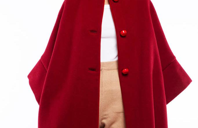 A Natale elegantissima con Calù, il cappotto rosso di Alipinta Creazioni