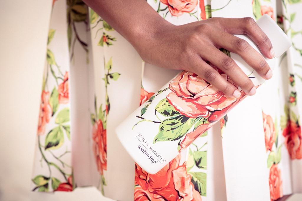 Waterdrop x Emilia Wickstead: le bottiglie stile couture